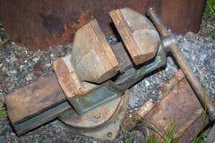 Een groot oud metaalbewerkingshulpmiddel is een klem stock foto