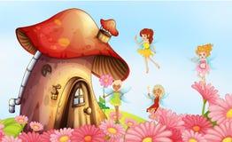 Een groot paddestoelhuis met feeën Stock Foto's