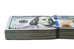 Een groot pak van honderd Amerikaanse dollar rekeningen op een witte achtergrond Geïsoleerde stock afbeelding