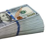 Een groot pak van honderd Amerikaanse dollar rekeningen op een witte achtergrond Geïsoleerde royalty-vrije stock afbeeldingen