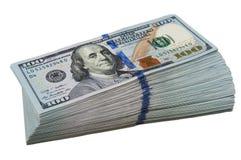 Een groot pak van honderd Amerikaanse dollar rekeningen op een witte achtergrond Geïsoleerde royalty-vrije stock afbeelding