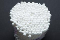 Een groot pakket van witte katoenen stokken, close-up royalty-vrije stock foto's
