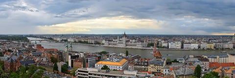 Een groot panorama van de stad van Boedapest in een bewolkte dag stock foto
