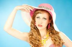 Een groot portret van een leuk roodharig meisje in de roze zonhoed stock foto