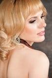 Een groot portret van een mooi blondemeisje Stock Foto
