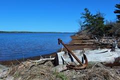 Een groot roestig anker op de kust van een zoutwaterbaai in Nova Scotia Royalty-vrije Stock Fotografie