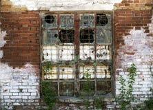 Een groot venster in het verlaten oude gebouw Stock Fotografie
