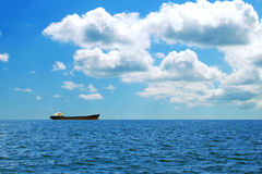 Een groot vrachtschip op zee royalty-vrije stock foto's