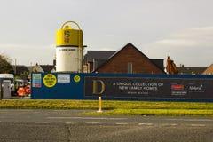Een groot vultrechter van de cementopslag in gebruik op een nieuw huizenbouwterrein in de Provincie van Bangor neer in Noord-Ierl royalty-vrije stock foto's