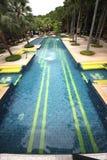 Een groot zwembad met duidelijk water en zetels in water in de tropische botanische tuin van Nong Nooch dichtbij Pattaya-stad in  Stock Foto's