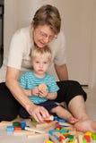 Een grootmoeder speelt met haar kleinzoon stock foto's
