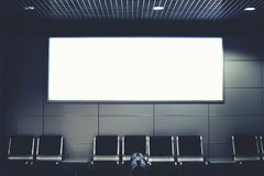 Een grote banner in de hal van de luchthaven Stock Foto's