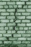 Een grote barst in de oude steenmuur Achtergrond van een steenbakstenen muur van een gebouw met diep door gevaarlijke barst geruï stock fotografie