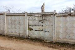 Een grote barst in de oude steenmuur Achtergrond van een steenbakstenen muur van een gebouw met diep door gevaarlijke barst geruï royalty-vrije stock foto