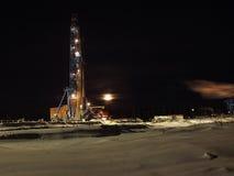 Een grote boringsinstallatie bij nacht Van het de maanolieveld van de boringsinstallatie de de nachtindustrieën Stock Afbeelding