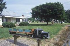 Een grote brievenbus van de installatievrachtwagen Stock Afbeeldingen