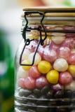 Een grote container met kleurrijk suikergoed met een nauwsluitend deksel snoepjes royalty-vrije stock afbeeldingen