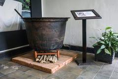 Een grote die slijpstof maakte van staal voor kokende die was in de foto wordt gebruikt van de Batikverwerking in Batikmuseum Pek stock afbeeldingen