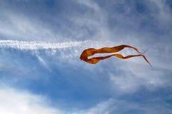 Een grote die vlieger van zijde van gele kleur wordt gemaakt Stock Fotografie