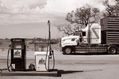 Een grote die vrachtwagen voor een benzinepost wordt geparkeerd in het Australische binnenland, Coombah-wegrestaurant/Australië stock afbeelding