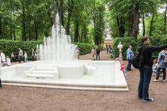Een grote draperende fontein op de Tsaritsyn-plaats stock foto's
