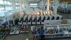 Een grote fabriek voor de productie van geautomatiseerde werktuigmachines De vervaardigde tribune van houtbewerkingsmachines op e stock video