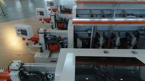 Een grote fabriek voor de productie van geautomatiseerde werktuigmachines De vervaardigde tribune van houtbewerkingsmachines op e stock videobeelden
