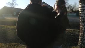 Een grote familie loopt in het park dichtbij de weg bij zonsondergang De grootmoeder en de grootvader zijn bespreking met hun kle stock videobeelden