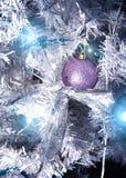 Een grote glaskom met een patroon van sneeuwvlokken Op de achtergrond, vage lichten van een Kerstboom Boke Kerstmis Royalty-vrije Stock Foto