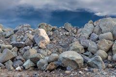Een grote granietstapel onder de hemel Stock Afbeelding