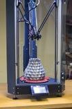 Een grote grijze die vaas binnen de 3d printer door hem wordt gecreeerd Royalty-vrije Stock Foto