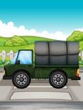 Een grote groene vrachtwagen Stock Foto's
