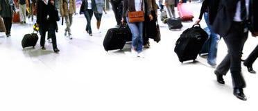 Een grote groep die mensen met reiszak loopt. Stock Fotografie