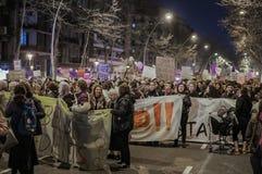 Een grote groep vrouwen van alle leeftijden is in het feministische protest op 8 Maart in een weg van de stad van Barcelona, Span stock foto's