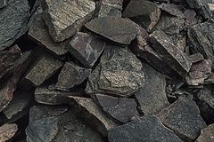 Een grote hoop van zandsteen, bergruimte van divers natuurlijk zandsteen Barsten en kleurrijke lagen van zandsteenachtergrond Pat Royalty-vrije Stock Foto's