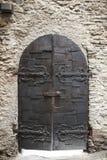 Een grote houten deur sloot een oude vesting in de steenmuur van het kasteel in Duitsland op de Rijn-Rivier Royalty-vrije Stock Afbeelding