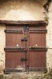 Een grote houten deur sloot een oude vesting in de steenmuur van het kasteel in Duitsland op de Rijn-Rivier royalty-vrije stock foto's