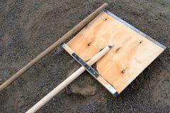 Een grote houten schop van vers triplex ligt op het onderzoek van grijs royalty-vrije stock foto