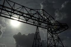 Een grote industriële structuur onder de Zon stock foto's