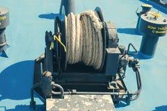 Een grote katrolschijf met gerolde tros op het open dek van ferryboa stock afbeeldingen