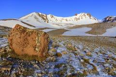 Een grote kei in defocus op de manier tot de bovenkant van Onderstel Erciyes in centraal Anatolië, Turkije royalty-vrije stock foto's