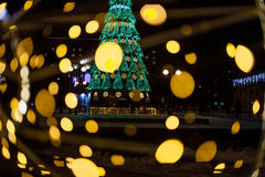 Een grote Kerstboom met heldere slingers en de ster glanzen lichtendown op de straat in de winter Decoratie van de stad van Gomel Royalty-vrije Stock Foto's