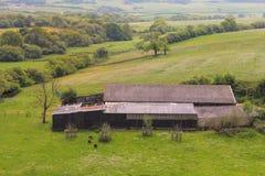 Een grote koeschuur in het Engelse platteland Stock Afbeeldingen