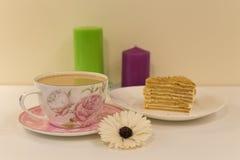 Een grote Kop van koffie met melk en dessert Royalty-vrije Stock Foto