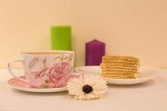 Een grote Kop van koffie met melk en dessert Royalty-vrije Stock Fotografie