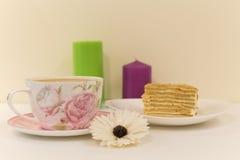 Een grote Kop van koffie met melk en dessert Stock Afbeeldingen