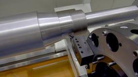 Een grote lange staalschacht wordt machinaal bewerkt op een moderne CNC draaibank stock videobeelden