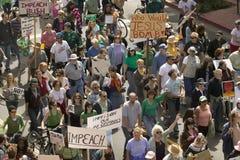 Een grote menigte van protesteerders maart en kantiek onderaan State Street die tekens dragen bij een anti-Irak Oorlogsprotest ma stock fotografie