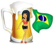 Een grote mok bier met een Braziliaanse dame Stock Fotografie