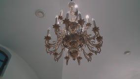 Een grote mooie kroonluchter hangt van het plafond van Orthodox Christian Church T stock footage